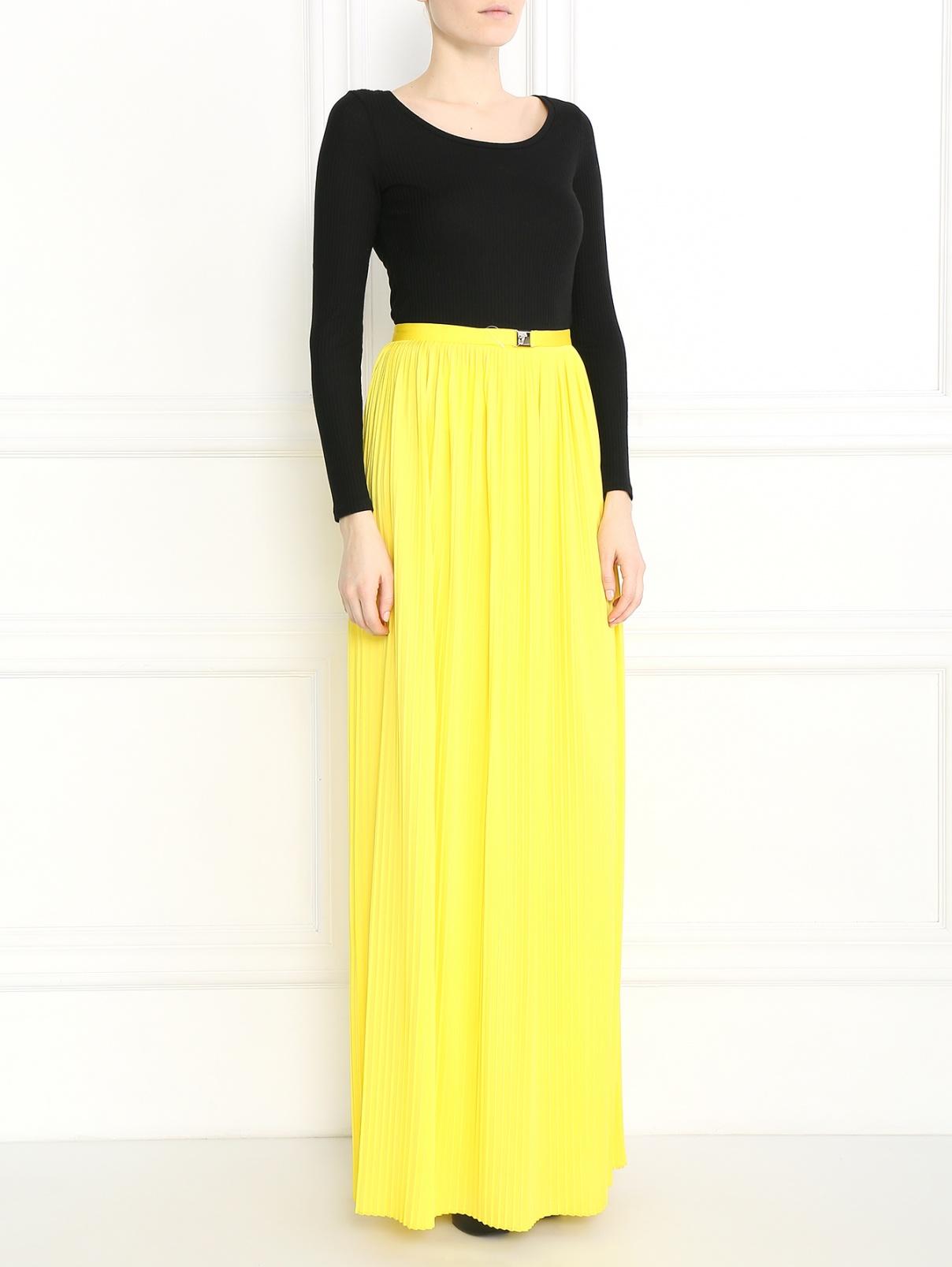 Плиссированная юбка-макси с металлической фурнитурой Versace Collection  –  Модель Общий вид  – Цвет:  Желтый