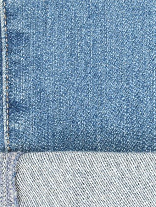 Укороченные джинсы прямого кроя с потертостями - Деталь2