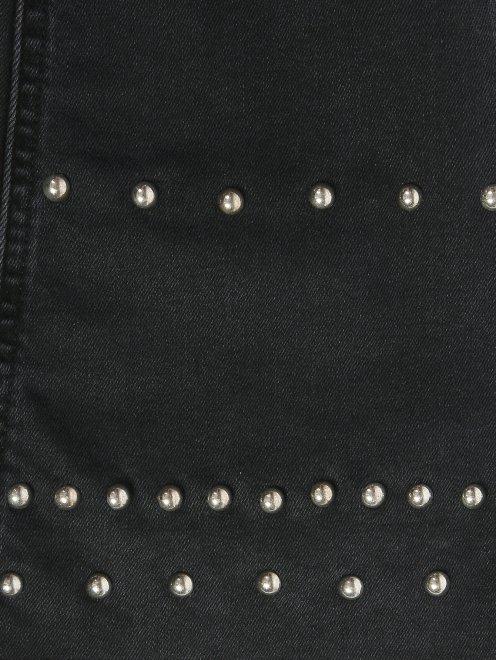 Укороченные джинсы с металлической фурнитурой - Деталь2
