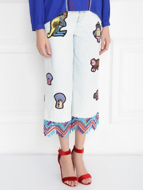 Укороченные джинсы из светлого денима с декоративной отделкой - Модель Верх-Низ