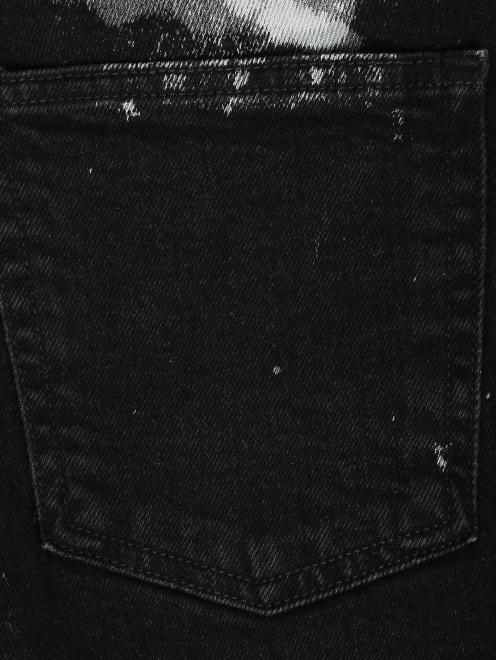 Укороченные джинсы из темного денима с узором - Деталь